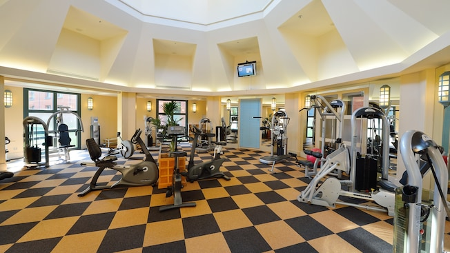 Fitness centre at disney 39 s hotel new york disneyland for Interieur hotel disney