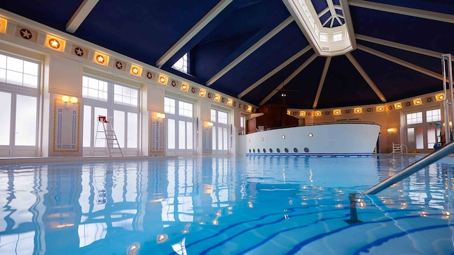 Piscine du disney 39 s newport bay club disneyland paris for Interieur hotel disney