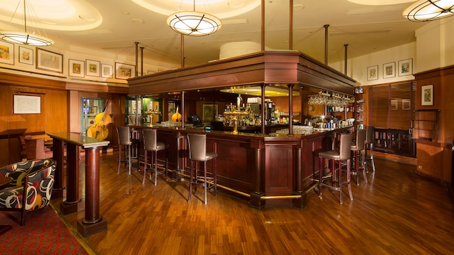 New york city bar disney 39 s hotel new york disneyland for Interieur hotel disney